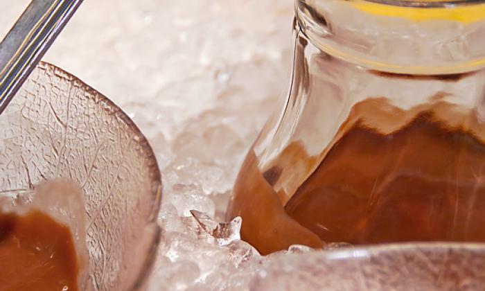 Glaskaraffe im Eisbett