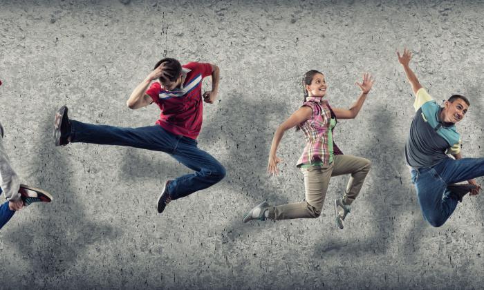 Springende junge Leute