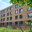 15.07.2021: Zum Zeitpunkt der Aufnahme wurden parallel die Klinkerfassade fertiggestellt, die Fenster eingesetzt und mit dem Abbau des Gerüst begonnen.