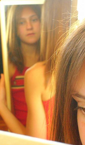Mädchen vor Spiegel